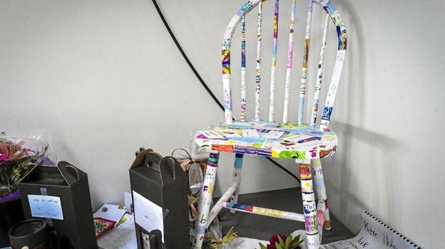 En gave der betød meget for Holger Nabel er stolen fra børnene - fyldt med barnlige skriblerier og skæve bogstaver. Den skal nu lakeres og have en plads i hjemmet i Bulbjerg. Ole Iversen