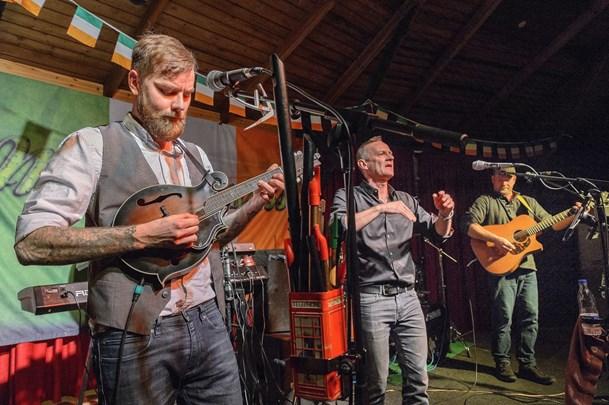 McGuinness spiller i Uhrenholdts Gård