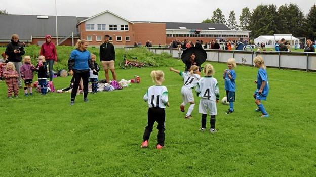 De yngste spillere var bare seks år, men der blev gået til den på de små baner med bare tre spillere på hvert hold.  Foto: Jørgen Ingvardsen Jørgen Ingvardsen