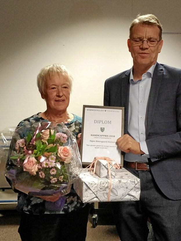 Borgmester Mikael Klitgaard (V) overrakte handicapprisen til Signe Østergaard Nielsen for hendes arbejde med handicapsvømning.Privatfoto