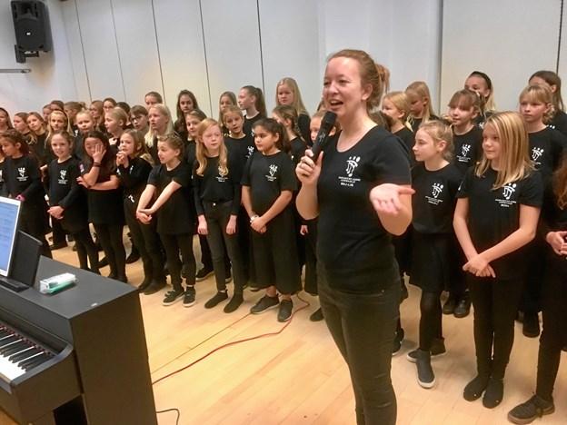 Som noget nyt var det store spirekor fra Kulturskolen inviteret til at åbne basaren med en koncert under ledelse af Maj-Lis Hoffer Henriksen. Privatfoto
