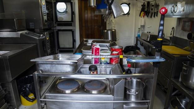 Køkkenet er ikke meget større end et typisk køkken i en lille lejlighed, på trods af at der hver dag skal laves mad til 90 personer. Foto: Lasse Sand
