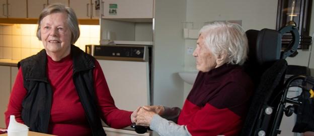Sonja Michaelsen besøger tit sin 106-årige mor, Elna Jensen, som snart kan fejre 107-års fødselsdag.Foto: Henrik Louis