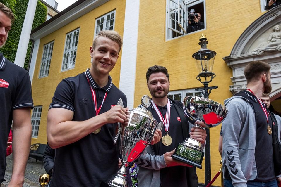 Begge pokaler og guldmedaljerne blev vist frem til de mange fremmødte fans på Gammeltorv. Foto: Lasse Sand