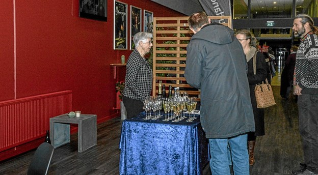 Løgstør Bio's formand Mona Jensen bød på et glas champagne inden forestillingen. Foto: Mogens Lynge Mogens Lynge