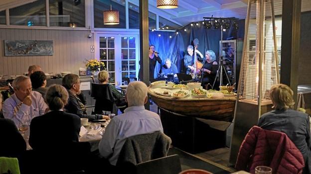 Under og efter den overdådige fiskebuffet i Café Fisk hyggelige restaurant spillede det norske Kjellsenbandet med Laila Ryvænge som solist. Foto: Niels Helver