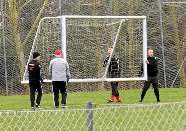 Efter man havde fået målene på plads på stadion i Veddum blev det til en kort gang fodbold lørdag eftermiddag. Foto: Ejlif Rasmussen Ejlif Rasmussen
