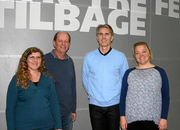 De tre ansøgere Anita Nørholm (tv) ses her med Steen Thomsen, formand for ELROfonden, skoleleder Morten Lyhne og Pia Helt. Foto: Privat.