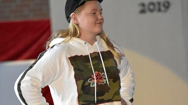 Army stribe og rose på army-bund forvandler en kedelig hvid sweatshirt til noget meget mere spændende. Foto: Ole Iversen Ole Iversen