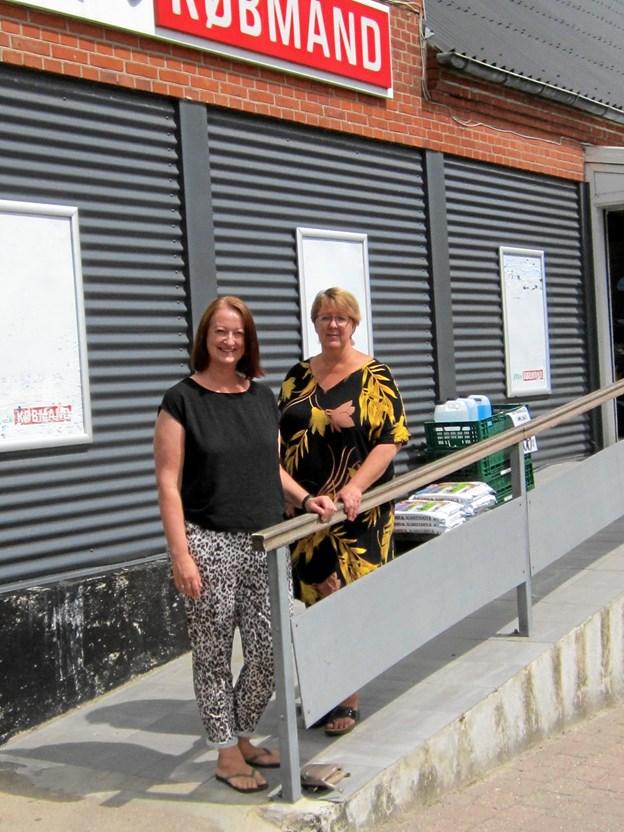 Marianne Olesen (tv) og Kirsten Smed på trappen op til Min Købmand i Rørbæk, der efter ejernes planer nu lukker endegyldigt lørdag 30. juni.