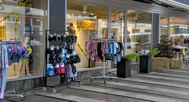 Mange gode tilbud på gaden på udsalgsstarten i solskin. Foto: Mogens Lynge Mogens Lynge