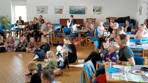 Underholdningen af de mange børn faldt i god smag, da der var dåbsfest i Gistrup Kirke. Foto: Kjeld Mølbæk Kjeld Mølbæk