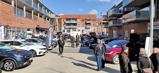Over 25 forskellige elbiler kunne studeres på Støvring Bytorv. Privatfoto