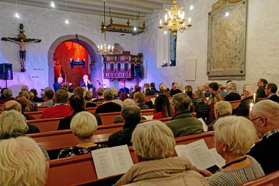"""Midt i koncerten var der fællessang """"Nu tændes tusind julelys"""" til akkompagnement af trompet, violin og klaver. Foto: Niels Helver Niels Helver"""