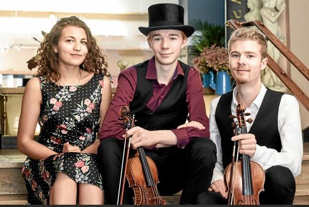 De unge violinvirtuoser Villads og Valdemar samt guest-star Taya giver koncert i Løkken kirke påskedag kl. 14. xx