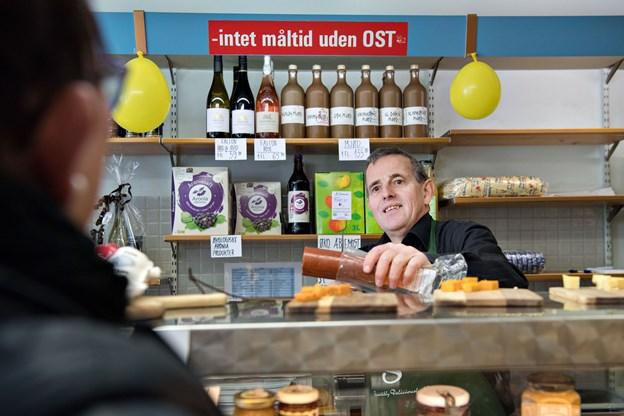 Selvom Olav Jørgensen ikke bestyrer butikken mere, så har han lovet at hjælpe året ud, så Stine Binder kan få helt styr på ostene og de mange stamkunder.Foto: Hans Ravn
