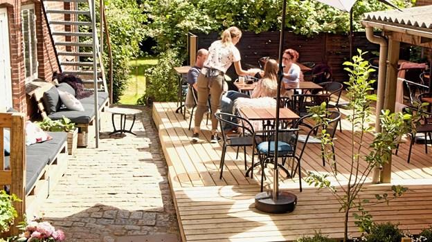 Caféens gæster kunne slet ikke vente på at komme ud i gårdhaven, så de var nødt til at åbne den, før den var blevet helt færdig. Foto: My Hyttel My Hyttel