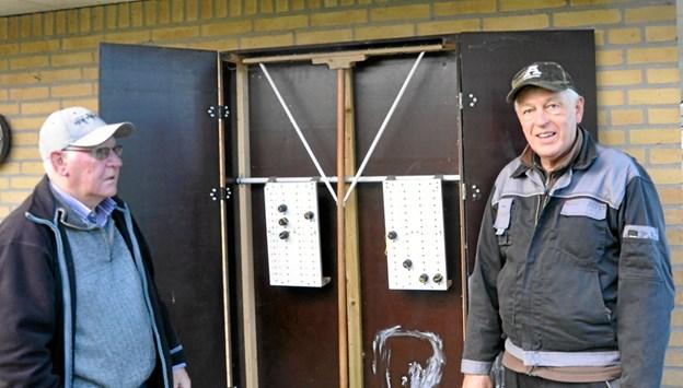 Børge Nielsen og Johannes Hovaldt ved det skab på gavlen af klubhuset, hvor petanque-spillerne kan opbevare deres forskellige ting. Børge (t.v.) har lavet skabet, og Johannes Hovaldt er leder af Bytrimmerne. Foto: Ole Torp Ole Torp