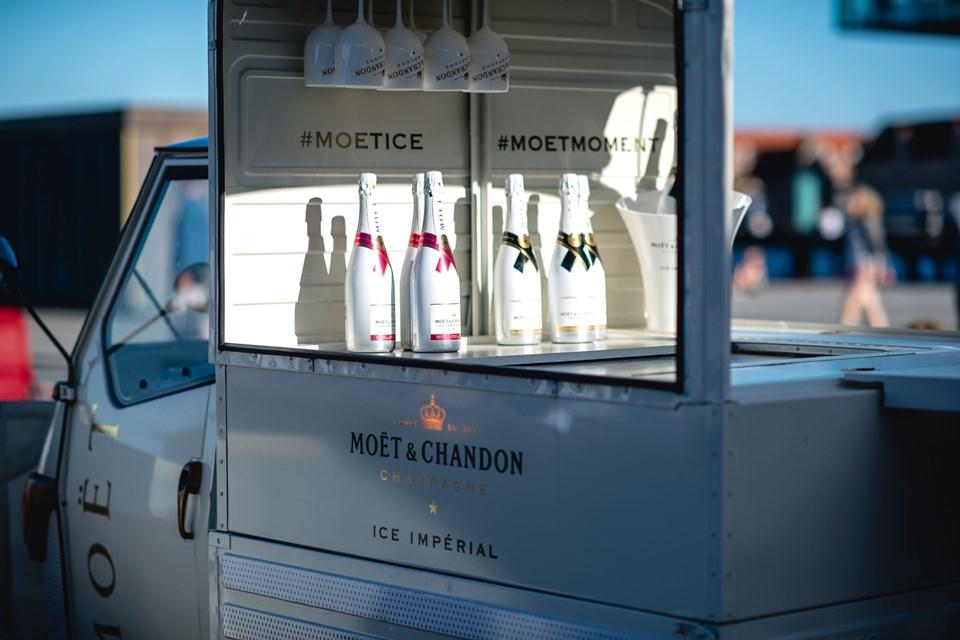 Man kan smage flere unikke champagner i den lille rullende bar. PR Foto
