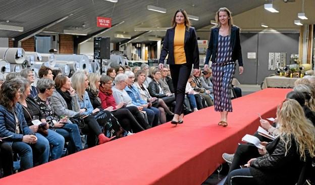 Trine og Charlotte viser det første sæt tøj til aftenens store publikum. Foto: Niels Helver