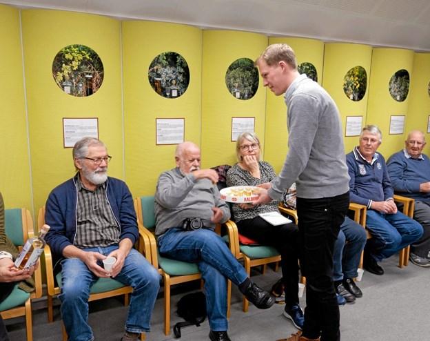 Museumsinspektør Christian Støve byder på en lille Julebjesk. Foto: Niels Helver Niels Helver