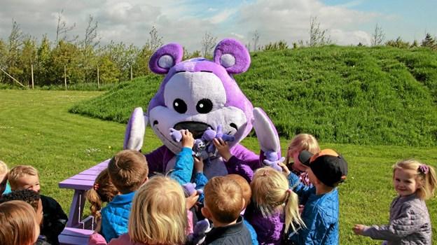 Alle børnene var vilde med den store bamse og mange fik et kram. Foto: Hans B. Henriksen Hans B. Henriksen