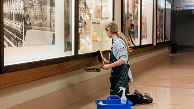 Nanna Rosenfeldt-Olsen i færd med at samle støv på museum. LYNDON FRENCH