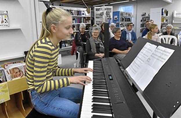 """Ind imellem spillede blandt andre Sofie Aagaard sangen """"Tusind farver"""" af Rasmus Seebach. Foto: Ole Iversen Ole Iversen"""