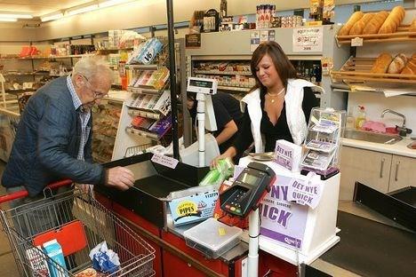 Jeanette Stagsted er netop flyttet til Poulstrup, fordi hun har fået job i butikken. Hun har allerede lært mange borgere at kende, og kan godt lide stemningen i byen.