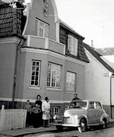 Familien Krank boede først i 60'erne på Strandvejen i Hadsund, og ses her med Lone Kristensens far yderst til højre. Foto: Arkivfoto.