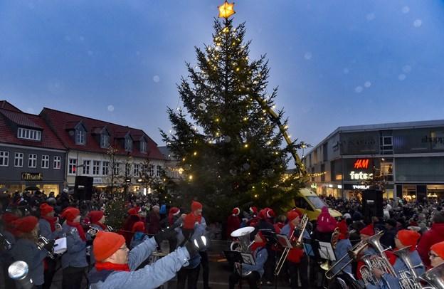 Så blev juletræet tændt. Læg mærke til dråberne i luften.Foto: Ole Iversen