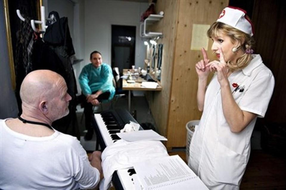 Egon Stoldt spiller patient i forestillingen. I baggrunden pianisten Thor Lange.