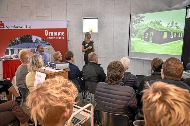 Anita Wodstrup Madsen viste eksempler på hvordan man ikke må indrette sit sommer/fritidshus. Lad være med at tage det ud i sommerhuset, som du ikke kan bruge derhjemme, lød et af rådene. Foto: Ole Iversen