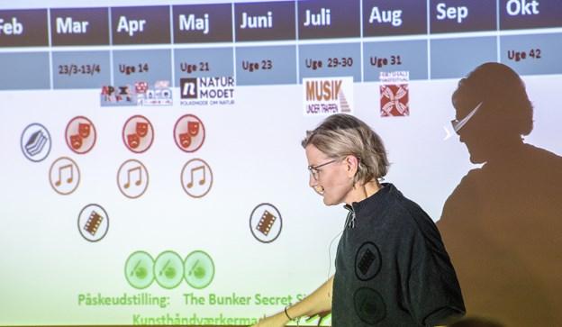 Dorthe Reinholdt med jubilæumskalender.  Foto: Peter Broen Peter Broen