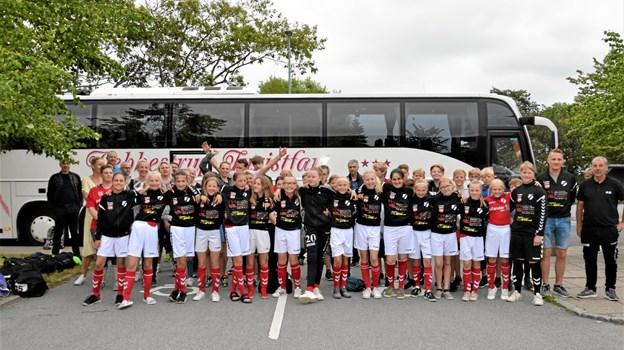 Pigerne før afgang til finalen i Hadsten, hvor modstanderen var FC Horsens. Foto: Jesper Bøss