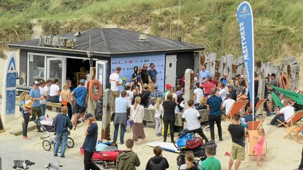 Den efterfølgende præmieoverrækkelse fandt sted ved North Shore Surf kiosken. Foto: Kirsten Olsen Kirsten Olsen