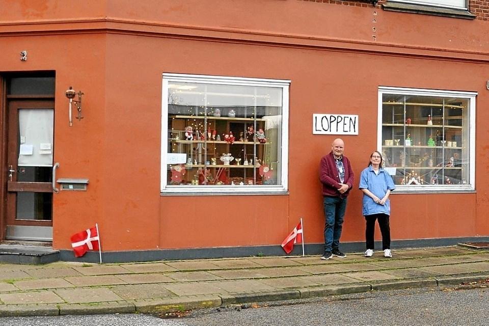 Ved hjælp af to reoler uden bagbeklædning er de to panoramavinduer blevet til gode udstillinger for butikken. Foto: Ole Torp