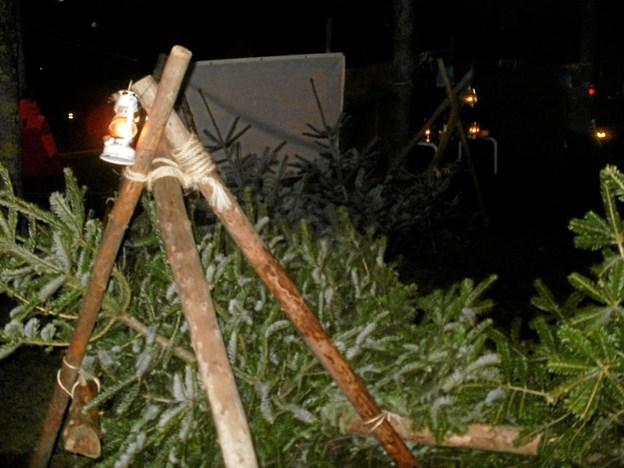Der blev også solgt juletræer en enkelt fredag eftermiddag, da der var lysfest i Gistrup. Ved den lejlighed kom der endda en let omgang sne, som det ses på grantræerne. Foto: Kjeld Mølbæk