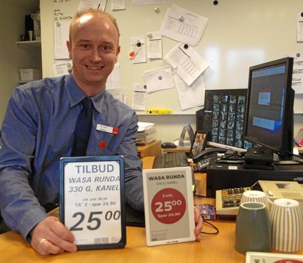 Her Viser uddeler Rasmus Severinsen det nye røde elektroniske skilt – og det gamle.. Foto: Arne Larsen-Ledet