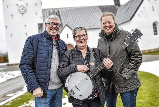 Holdet bag gør-det-selv gudstjeneste er klar igen: Poul Gade, klaver, Anne Alstrup, banjo og guitar, og Line Skovgaard Pedersen, sognepræst.Arkivfoto
