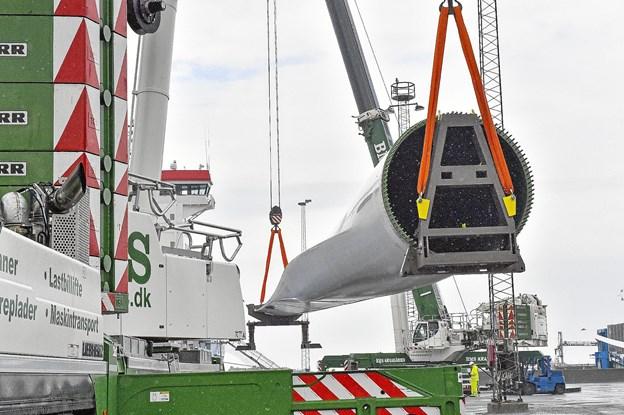 To store mobilkraner er her i gang med at losse de 81 meter lange vinger.Foto: Ole Iversen