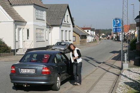 Hovedgaden i Poulstrup danner ofte rammen om en hyggelig sludder.