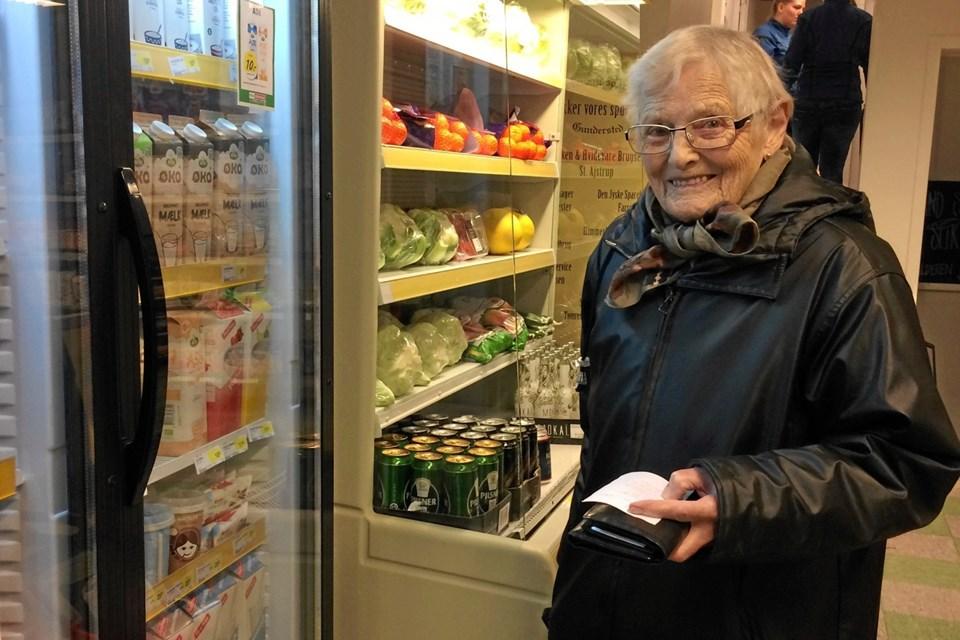 En af Gundersted Købmandsgårds faste kunder, Inga B. Christensen, oplever, at butikken ser meget større ud oven på opfriskningen hen over julen og nytåret. Privatfoto