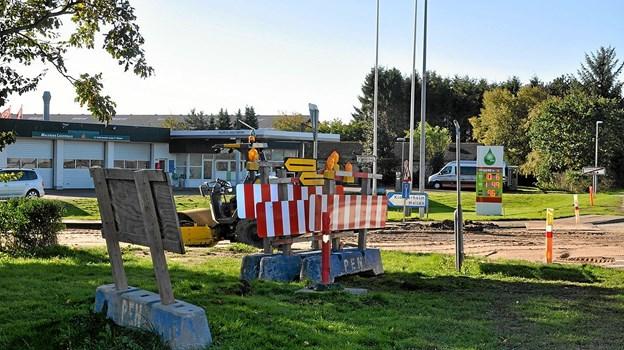 Allerede ved indkørslen til Klokkerholm bliver man opmærksom på, at der er et større kloakprojekt i fuld gang i byen. Foto: Ole Torp