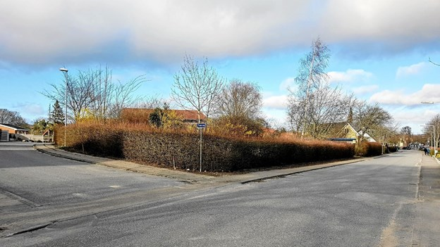 Tværvej til venstre og Gl. Viborgvej til højre. På denne grund opføres tre enkelthuse. Foto: Karl Erik Hansen