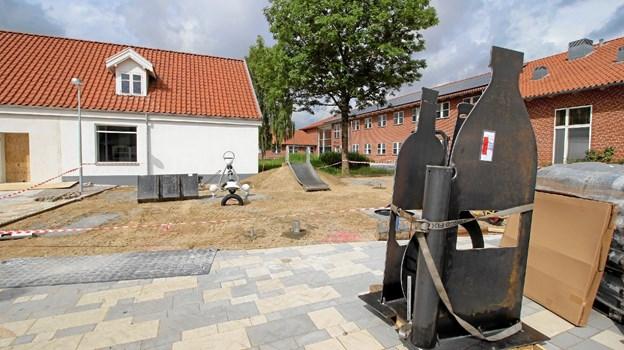 Kl. 10 indvies den nye legeplads på torvet, Den er ved at blive færdiggjort i disse dage. Foto: Jørgen Ingvardsen