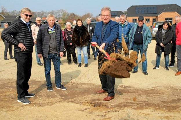 Borgmester Mogens Chr. Gade tog første spadestik. Foto: Flemming Dahl Jensen