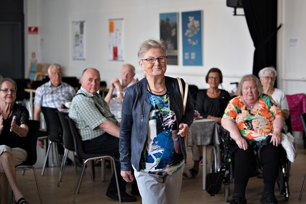 Lissy Isaksen på gulvet for at vise sommermoden frem for seniorklubbens medlemmer i Forsamlingsbygningen. Foto: Hans Ravn