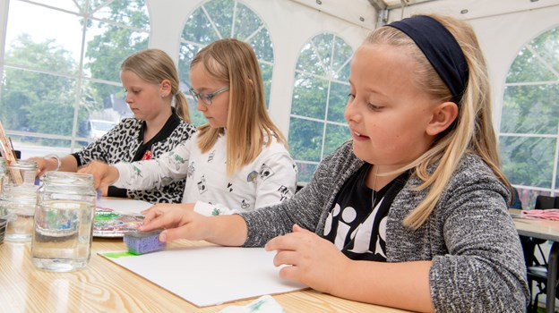 Hygge og kreative sysler omkring bordene.  Foto: Henrik Louis