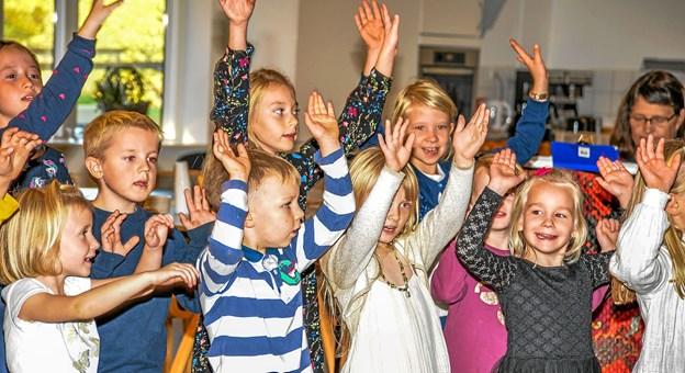 Humøret var højt, da Løgstør børnekor underholdt på Bøgely i Løgstør. Foto: Mogens Lynge